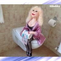 Кукла Блондинка с туалетной бумагой